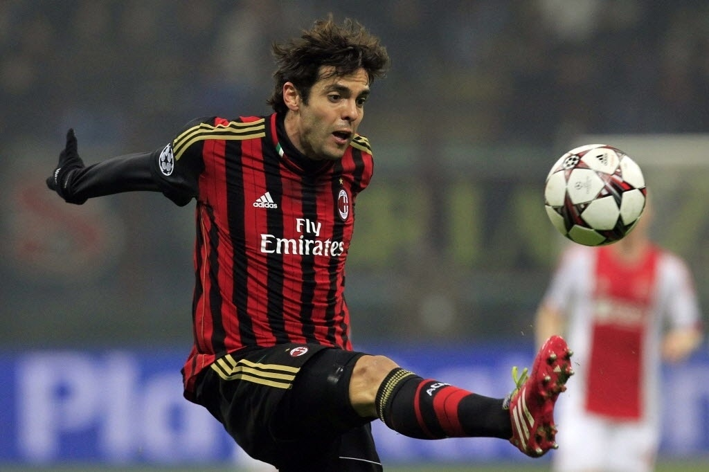 11.dez.2013 - Kaká domina a bola durante jogo entre Milan e Ajax, pela Liga dos Campeões