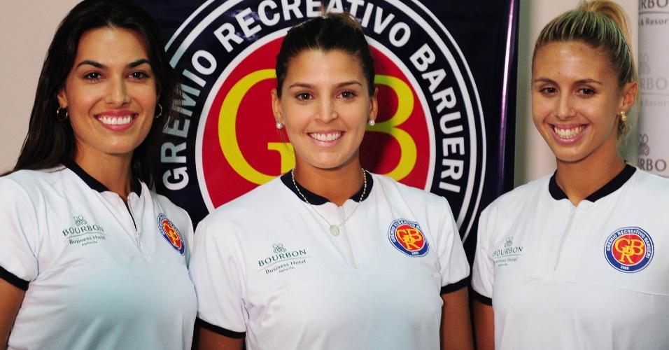11.dez.2013 - Luciene Escouto, Natasha Valente e Mari Paraiba dão entrevista em chegada ao Barueri
