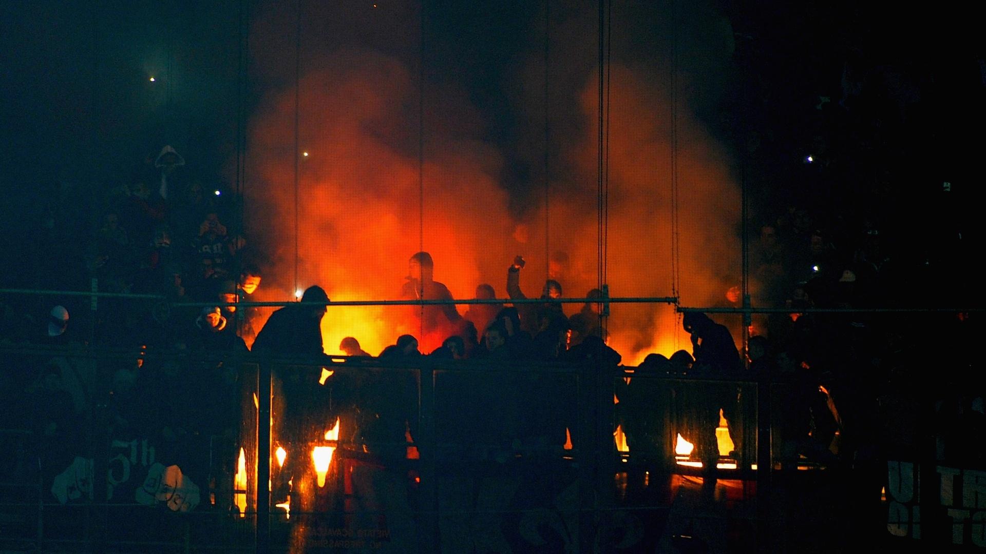 11.Dez.2013 - Torcida do Ajax acende sinalizadores dentro do estádio de Milão