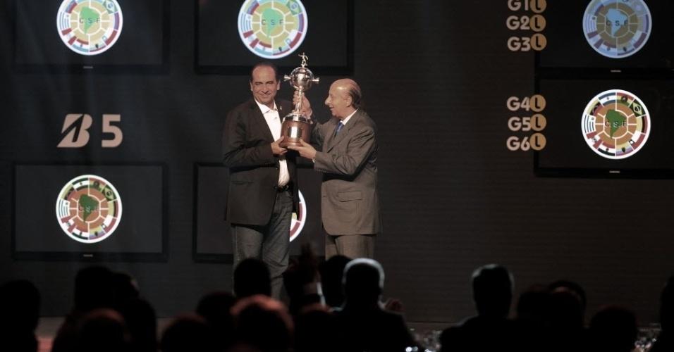12.dez.2013 - Alexandre Kalil (esq.), presidente do Atlético-MG, e Marco Polo Del Nero seguram a taça de campeão da Copa Libertadores de 2013