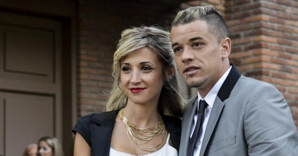 12.dez.2013 - D'Alessandro e sua mulher Erica Senneke antes do casamento de Diego Forlan, em Montevidéu