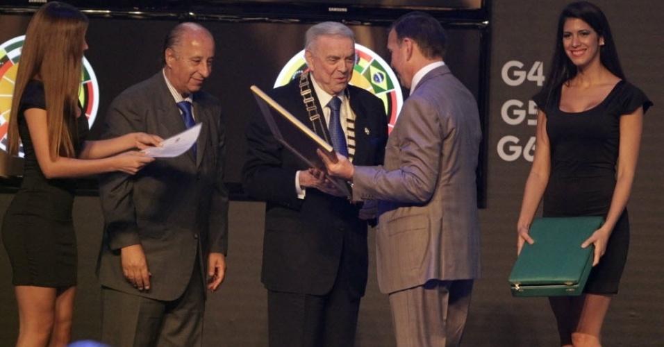 12.dez.2013 - José María Marín recebe homenagem durante sorteio