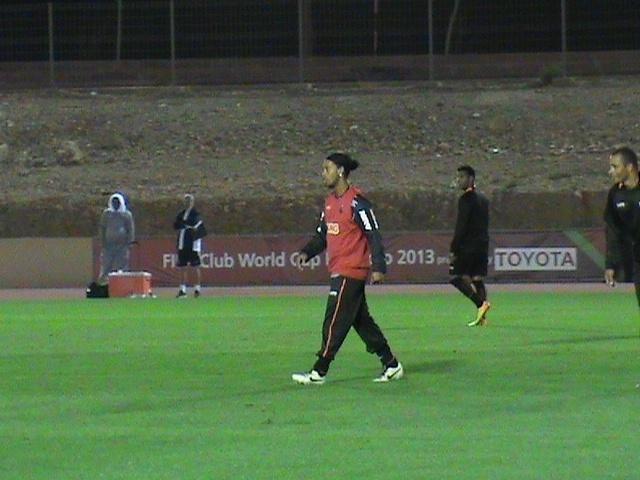 12.dez.2013 - Ronaldinho Gaúcho participa de treinamento do Atlético-MG em preparação para o Mundial de Clubes
