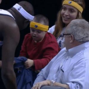 Garoto com síndrome de Down ganha camiseta de jogador da NBA