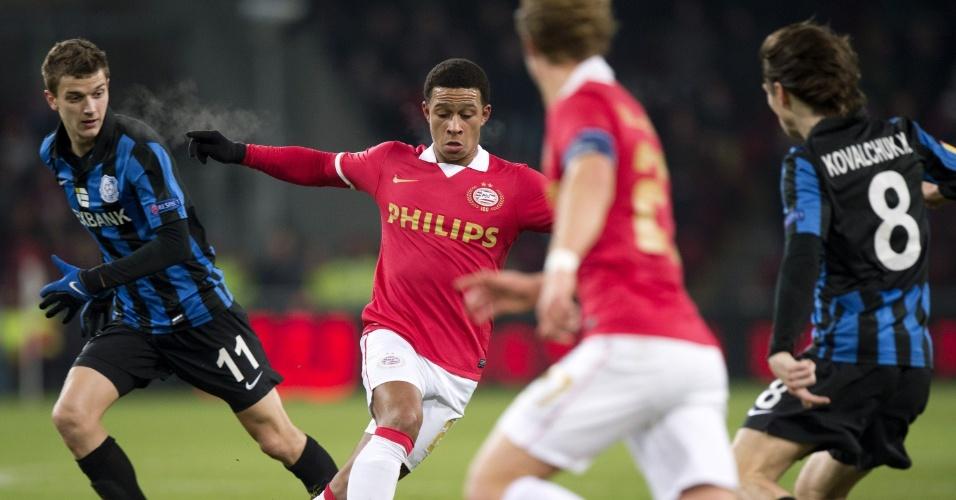 Memphis Depay, do PSV, tenta passar pela marcação de adversário na partida contra o Chomomorets Odessa pela Liga Europa