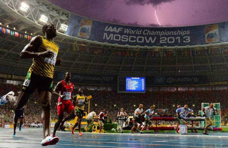 11.ago.2013 - Usain Bolt vence os 100m rasos no Mundial de 2013 enquanto raio atinge estádio em Moscou