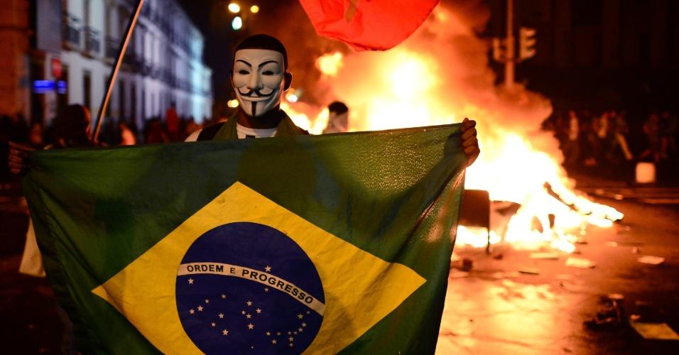 17.jun.2013 - Manifestantes aproveitam Copa das Confederações para protestar. Na imagem, confronto no Rio de Janeiro