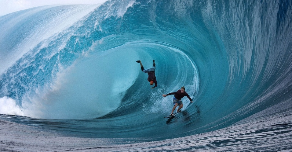 1.jun.2013 - Garrett McNamara cai em tubo perfeito, surfado por Mark Healey, no Taiti