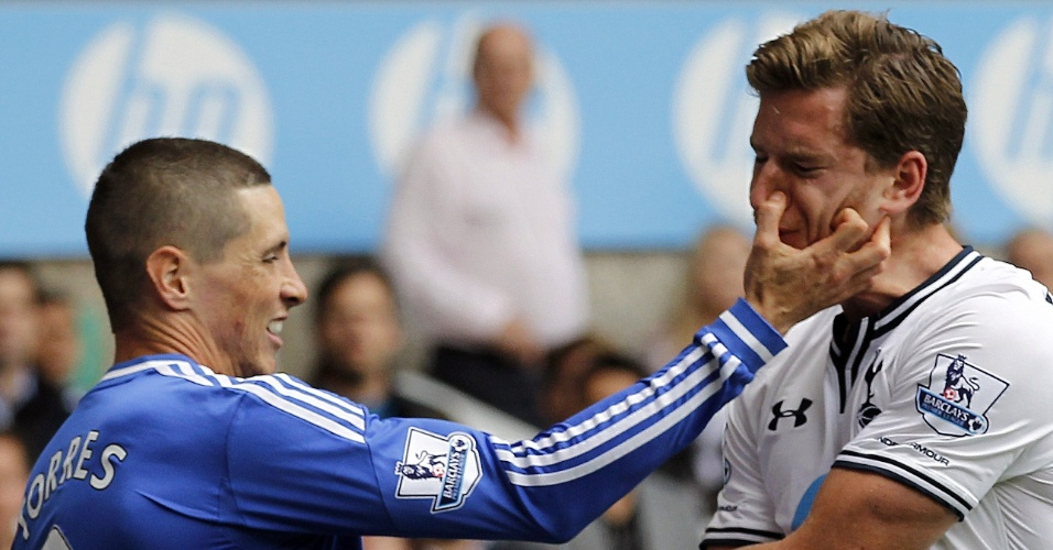 28.set.2013 - Fernando Torres, do Chelsea, agride Vertonghen, do Tottenham, em jogo do Campeonato Inglês