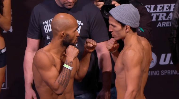 Demetrious Johnson (esq.) encara Joseph Benavidez durante pesagem para o UFC on FOX 9