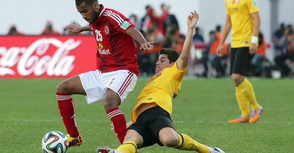 14. dez. 2013 - Conca disputa bola em jogo do Guangzhou Evergrande contra o Al Ahly pelo Mundial de Clubes