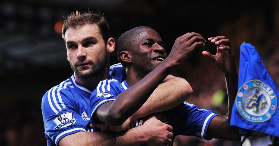 14.12.2013 - Abraçado por Ivanovic, Ramires faz coração comemorando seu gol pelo Chelsea