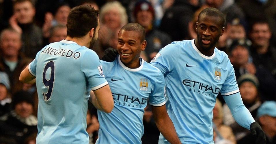 14.12.2013 - Brasileiro Fernandinho (centro) comemora seu gol pelo Manchester City contra o Arsenal