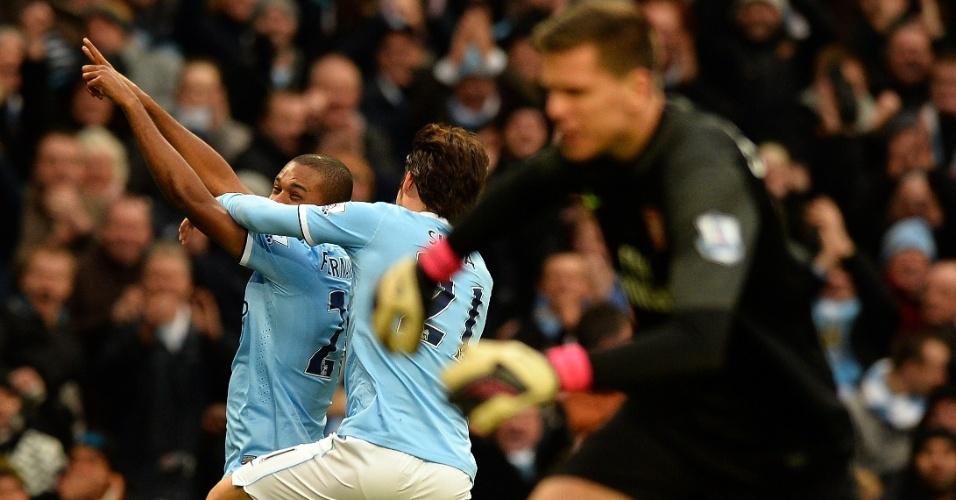 14.12.2013 - Fernandinho é abraçado por David Silva após gol, para ira do goleiro Szczesny