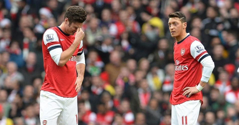 14.12.2013 - Giroud e Ozil, respectivamente, lamentam após ver o Arsenal sofrer gol do Manchester City