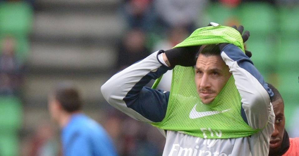 14.12.2013 - Ibrahimovic veste o colete enquanto se aquece para o jogo do PSG