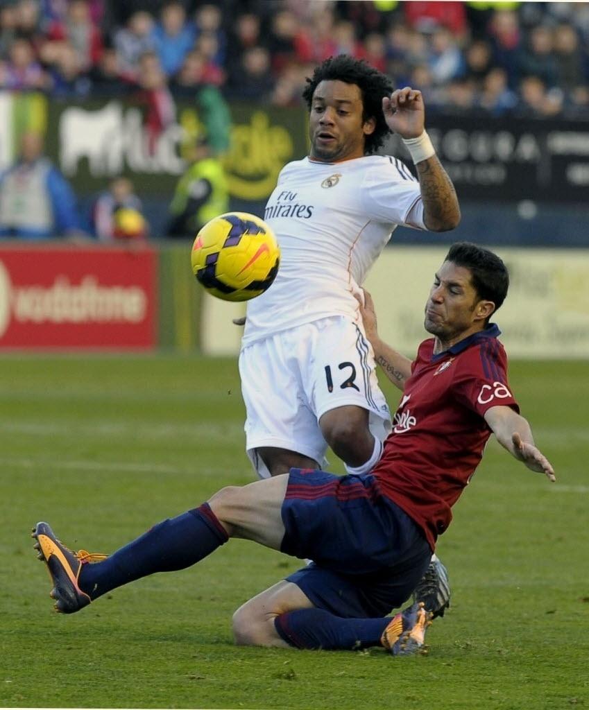 14.12.2013 - Lateral brasileiro Marcelo sofre a marcação de Cejudo no jogo entre Real Madrid e Osasuna