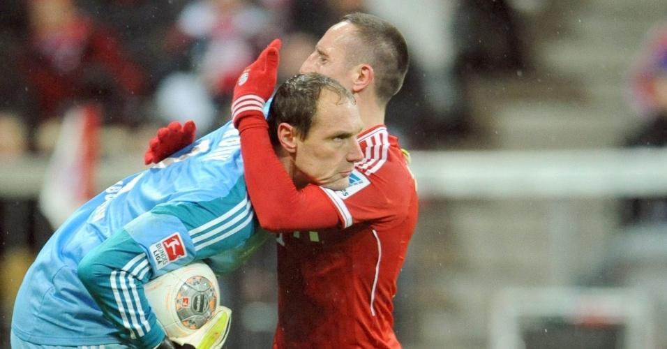 14.12.2013 - Ribéry abraça goleiro do Hamburgo, Drobny, na vitória do Bayern contra o Hamburgo