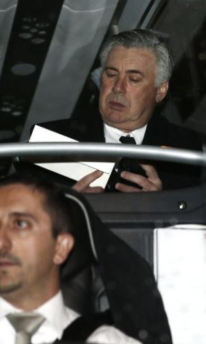 14.12.2013 - Técnico italiano Carlo Ancelotti concentrado no ônibus do Real Madrid antes do jogo contra o Osasuna