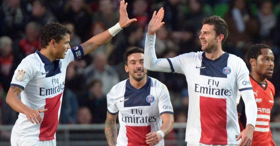 14.12.2013 - Thiago Motta (esquerda) comemora com Thiago Silva o gol do PSG