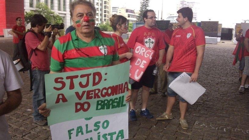 14.12.2013 - Torcedores da Portuguesa fazem manifestação na Av. Paulista contra possível perda de pontos