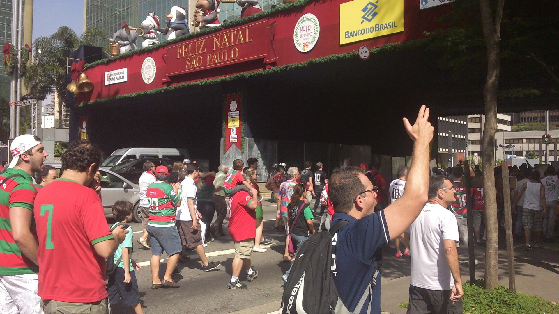 14.12.2013 - Torcedores da Portuguesa sentam e fecham a Av. Paulista contra possível perda de pontos