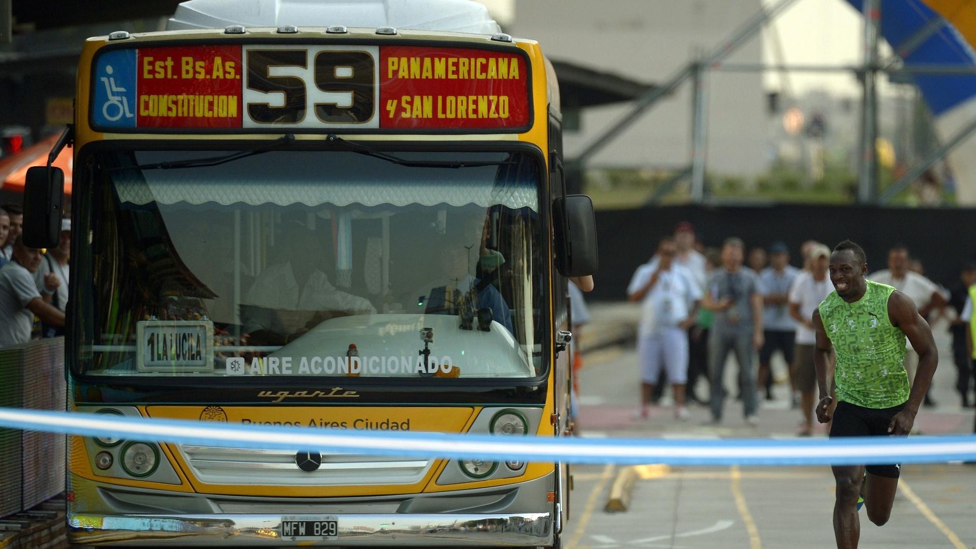 14.dez.2013 - O atleta jamaicano Usain Bolt apostou corrida com um ônibus em evento de exibição na capital da Argentina, Buenos Aires