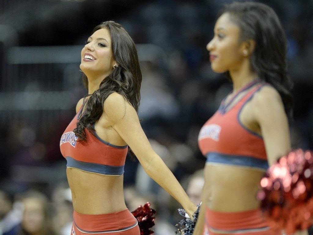 Belas do Atlanta Hawks dançam em intervalo da partida contra o Washington Wizards