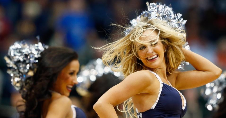 15.12.2013 - Cheerleaders do Dallas Mavericks animam torcida antes do jogo contra o Milwaukee Bucks