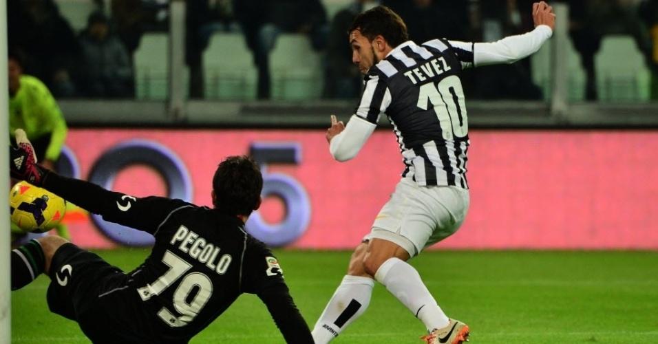 15.dez.2013 - Tevez finaliza na saída do goleiro e abre o placar para a Juventus contra o Sassuolo, pelo Campeonato Italiano. Partida terminou em 4 a 0