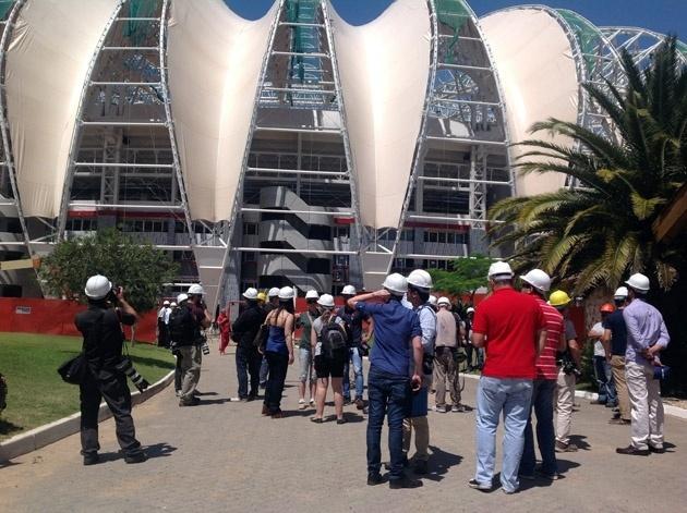 Jornalistas do exterior visitaram o Beira-Rio, estádio de Porto Alegre que receberá cinco jogos da Copa do Mundo (16/12/13)