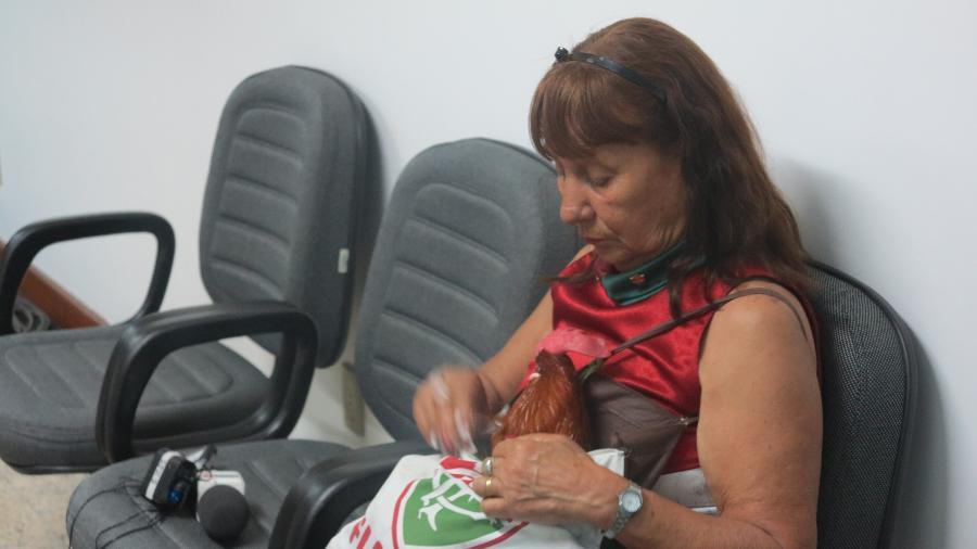 16. dez. 2013 - Torcedora do Fluminense leva galo de estimação para acompanhar julgamento da Portuguesa no STJD - Rodrigo Paradella/UOL