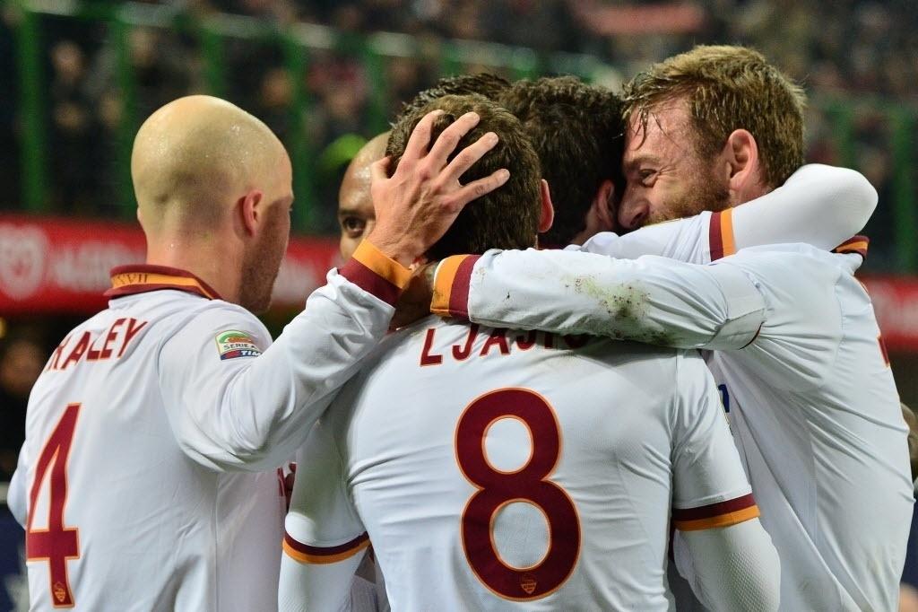 16.dez.2013 - Jogadores da Roma comemoram gol marcado por Destro durante partida contra o Milan pelo Campeonato Italiano