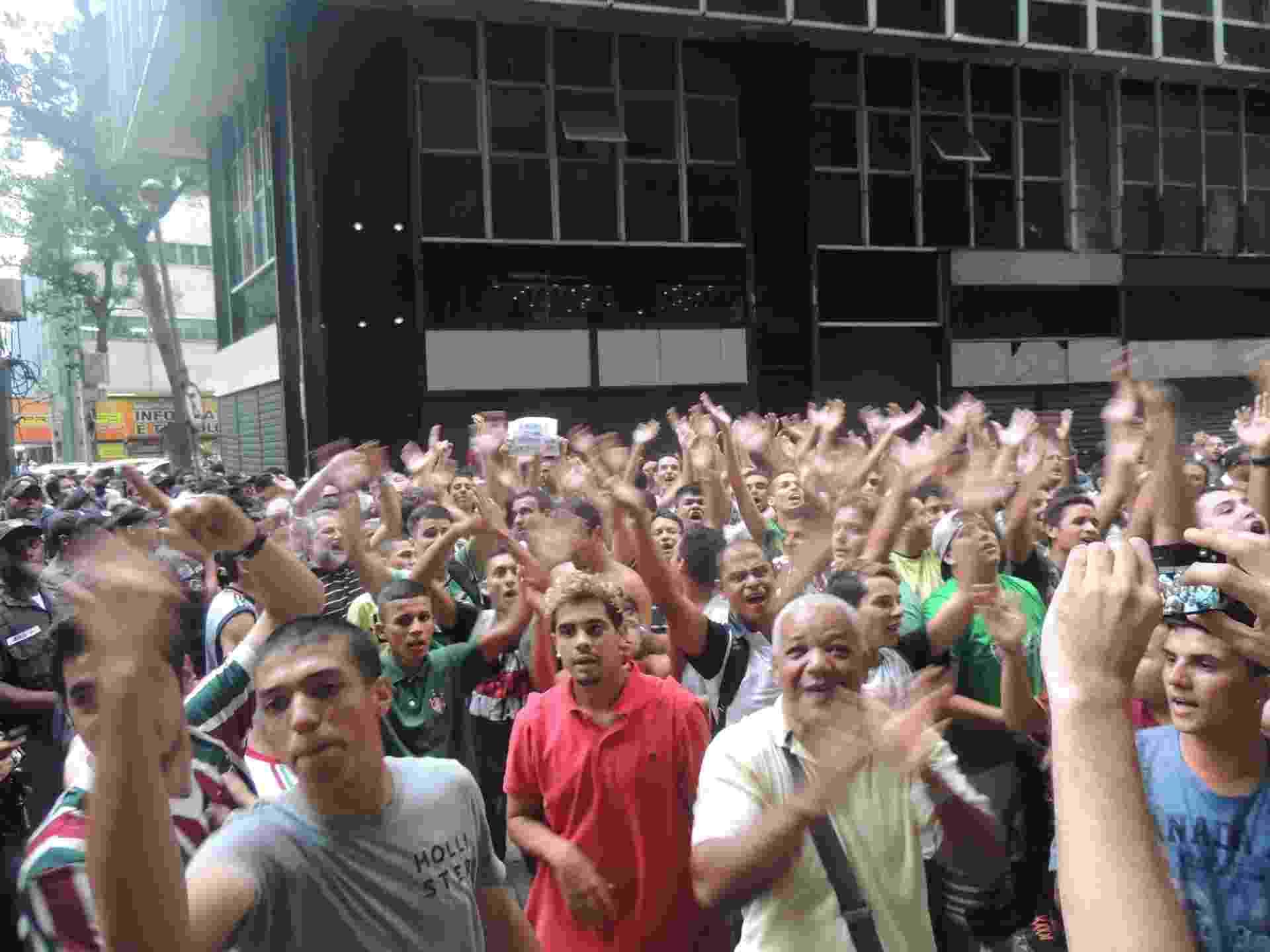 Enquanto torcedores da Portuguesa chorava, os do Fluminense faziam a festa em frente à sede do STJD - Renan Rodrigues/UOL