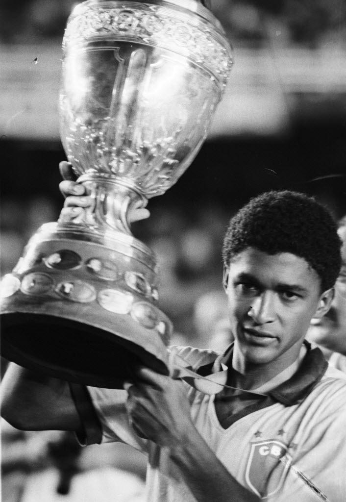 Ex-meia Valdo ergue taça da Copa América, de 1989; hoje é cartola de um time francês e mora em Lisboa