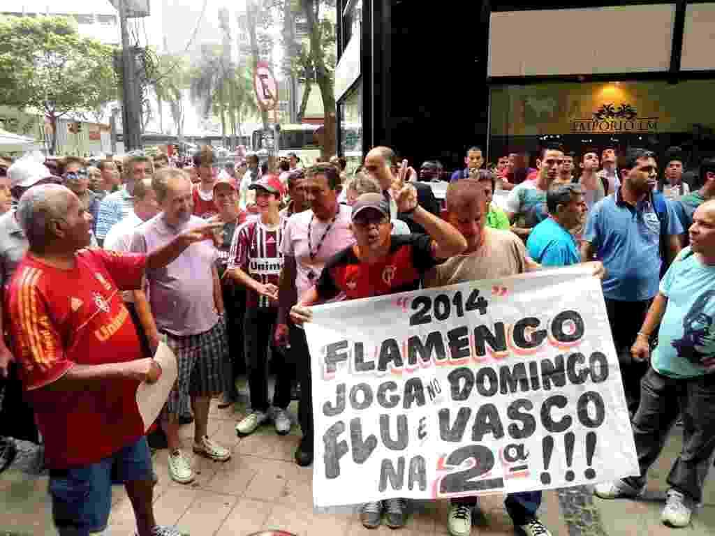 Torcedor do Flamengo protesta na porta do STJD durante julgamento da Portuguesa - Renan Rodrigues/UOL
