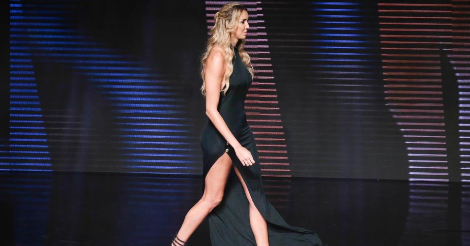 17.dez.2013 - A jogadora de vôlei Thaísa usou vestido ousado durante o Prêmio Brasil Olímpico 2013