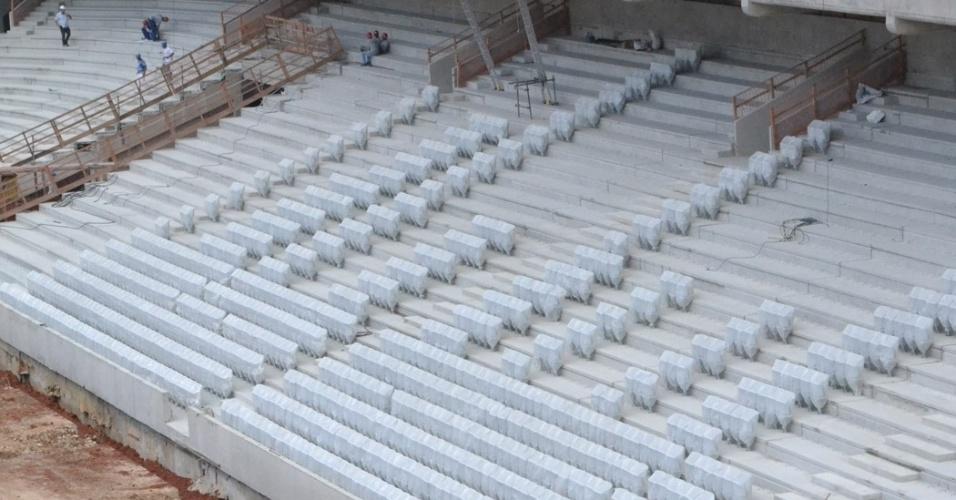 17.dez.2013 - Algumas cadeiras começam a ser instaladas nas arquibancadas da Arena da Baixada
