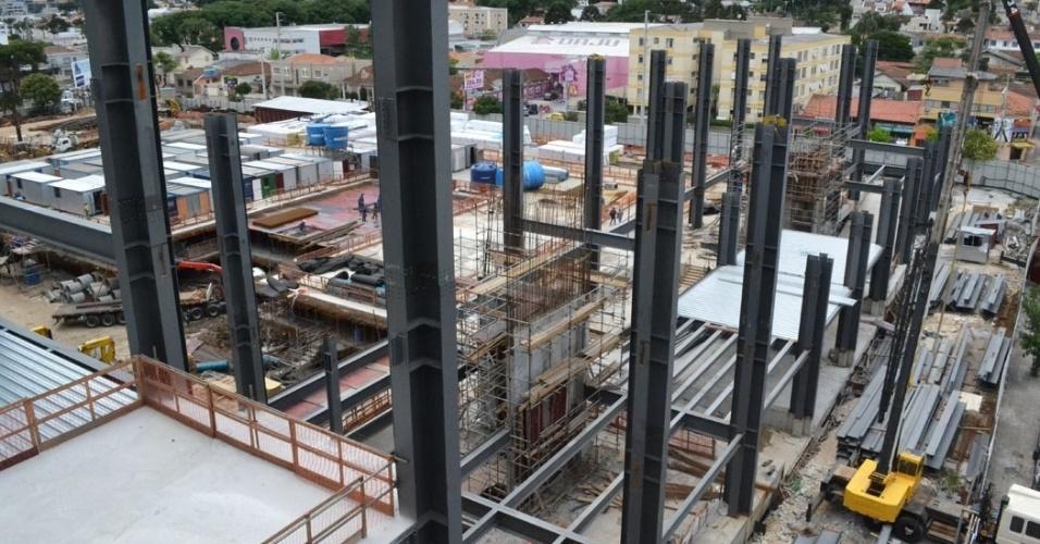 17.dez.2013 - Área ao fundo do estádio da Arena da Baixada, que receberá um estacionamento e o prédio de imprensa