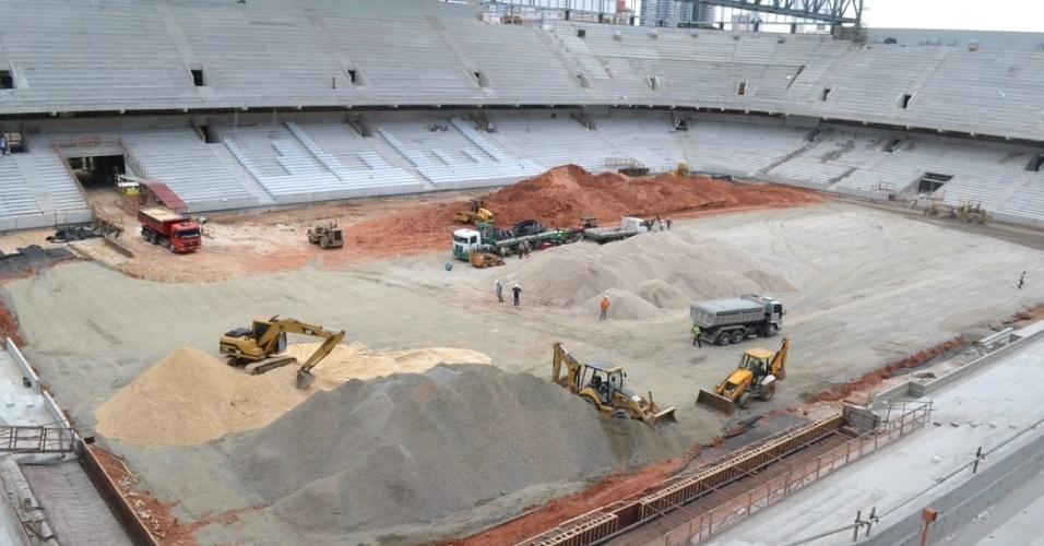 17.dez.2013 - Caminhões e tratores trabalham no campo de jogo da Arena da Baixada para que o gramado possa ser implementado