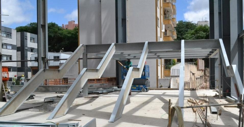 17.dez.2013 - Estrutura da escadaria de acesso à arquibancada começa a ganhar forma na Arena da Baixada
