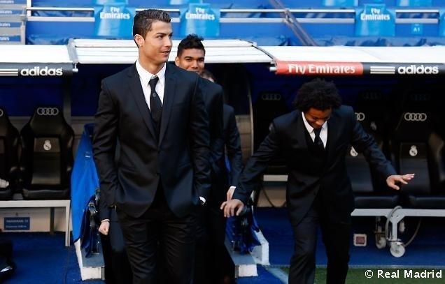 17.dez.2013 - Jogadores do Real Madrid desfilam com roupas da grife Versace no Santiago Bernabéu