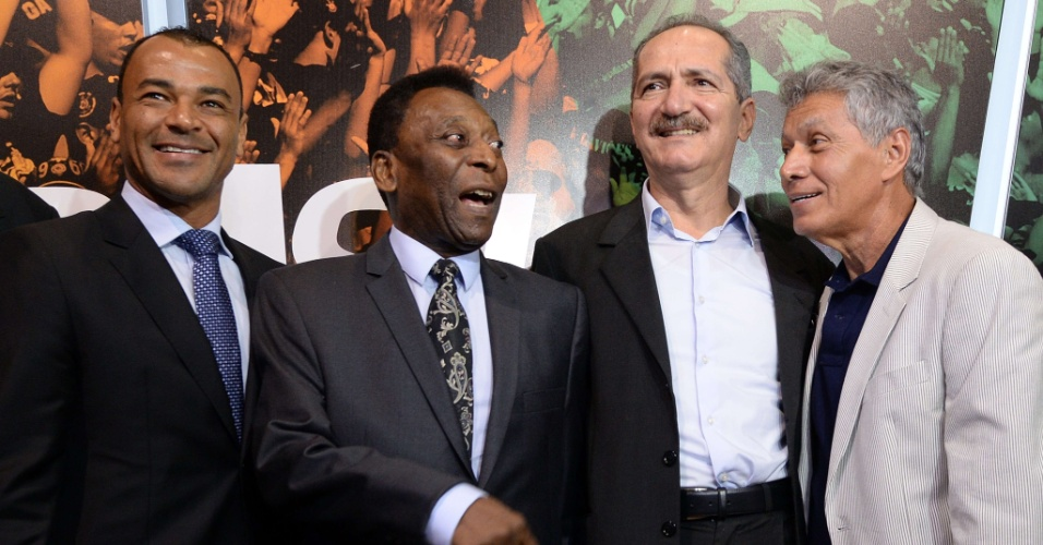17.dez.2013 - Pelé posa ao lado de Aldo Rebelo, Cafu e Clodoaldo em evento de inauguração da exposição