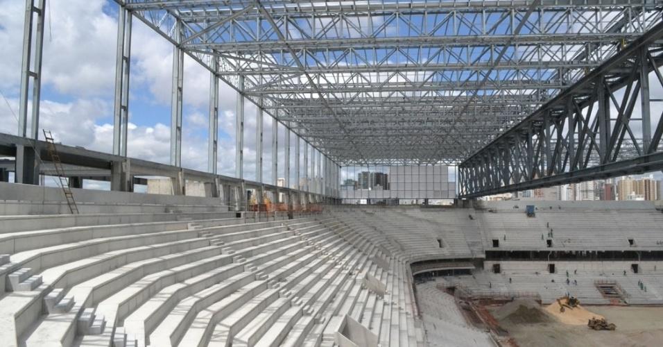17.dez.2013 - Reforma da Arena da Baixada vai chegando a estágios mais avançados