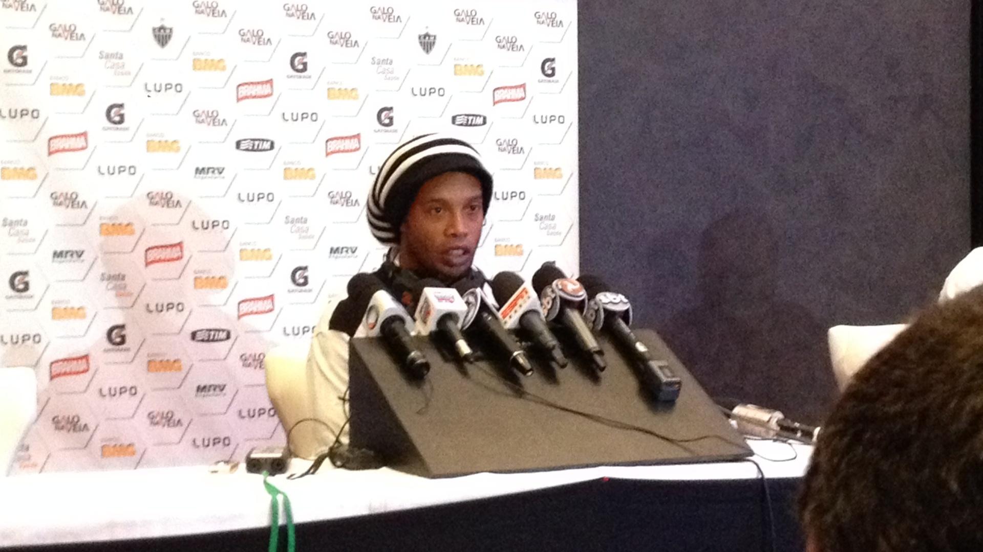 17.dez.2013 - Ronaldinho Gaúcho fala durante entrevista coletiva antes da partida contra o Raja Casablanca pelo Mundial de Clubes