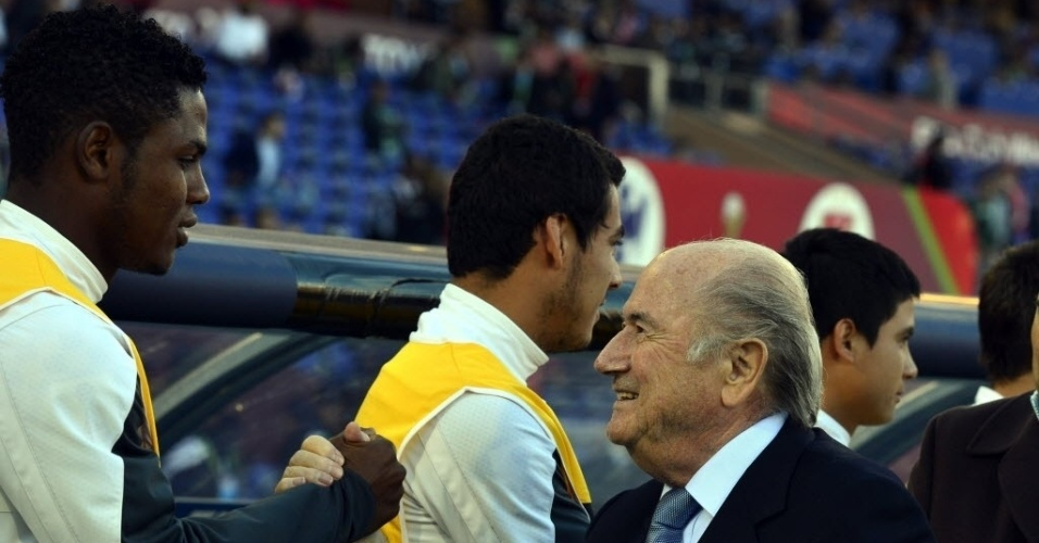 18. dez. 2013 - Presidente da Fifa, Joseph Blatter, cumprimenta os jogadores do Monterrey antes do duelo com o Al Ahly