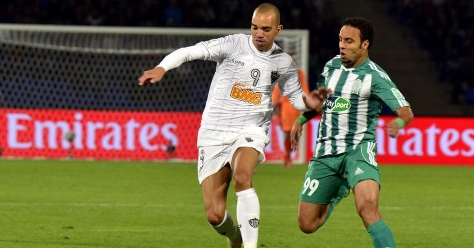 Diego Tardelli, atacante do Atlético-MG, tenta driblar o adversário do Raja Casablanca (18.dez.2013)