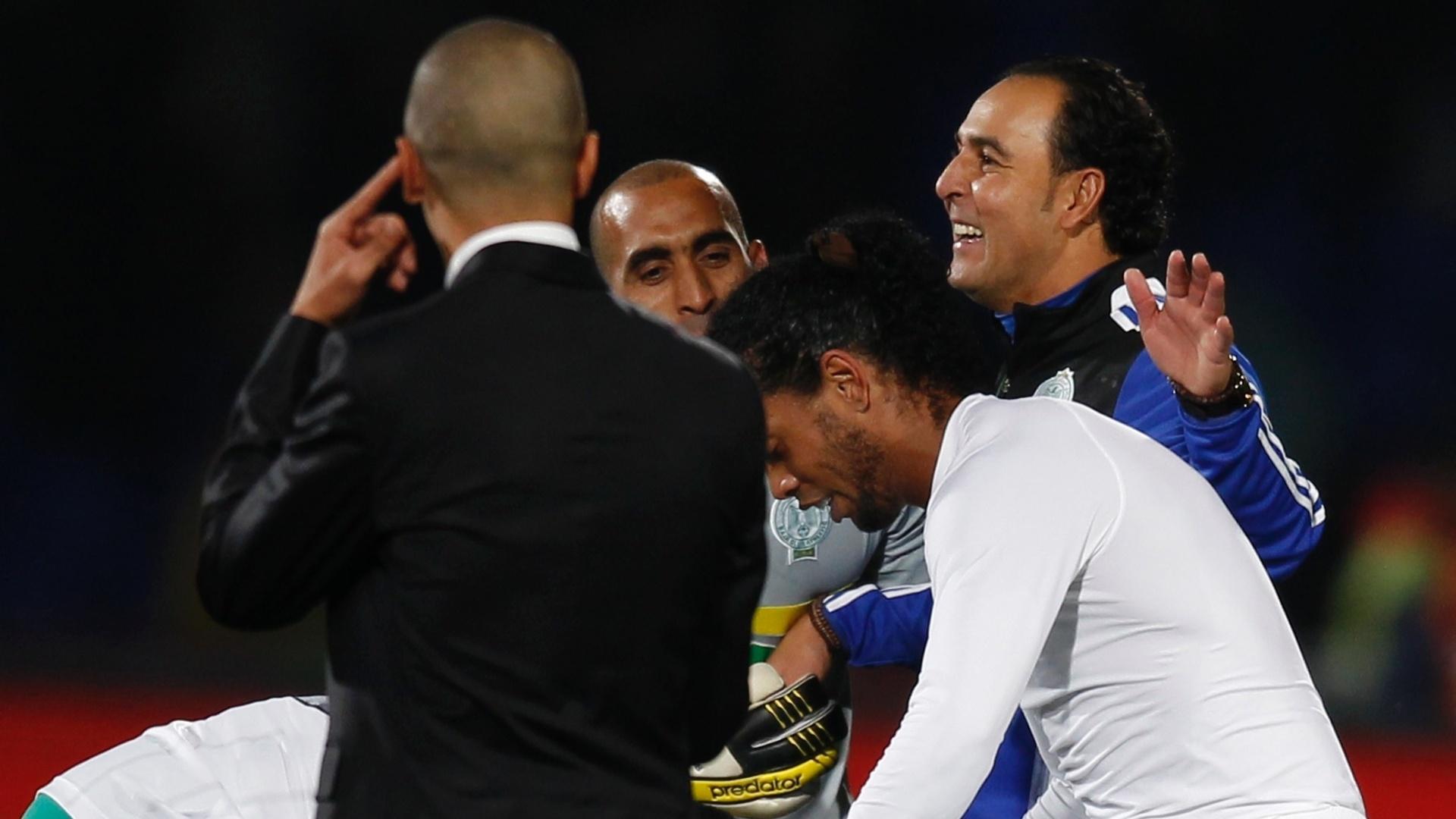 18.12.2013 - Ronaldinho é agarrado por jogadores do Raja após partida