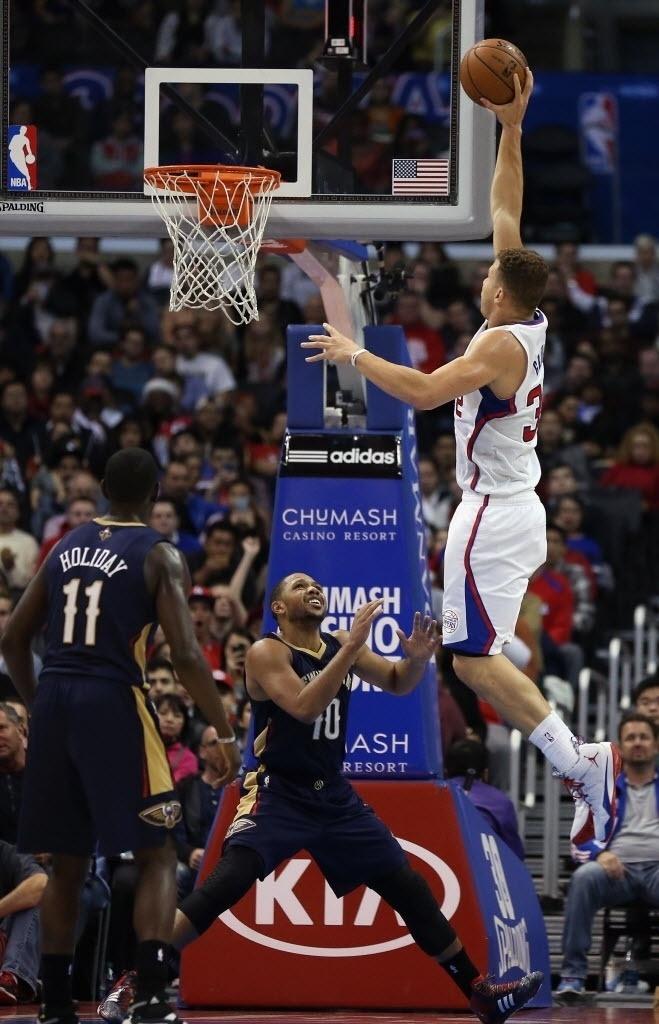 18.dez.2013 - Blake Griffin sobe para a enterrada na vitória do Los Angeles Clippers sobre o New Orleans Pelicans por 108 a 95