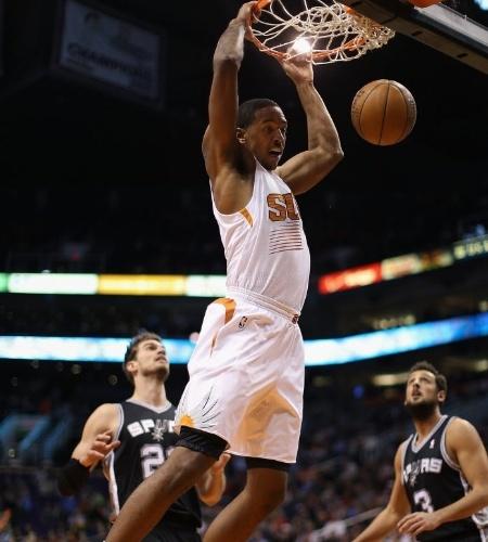 18.dez.2013 - Channing Frye enterra para o Phoenix Suns na derrota para os Spurs por 108 a 101